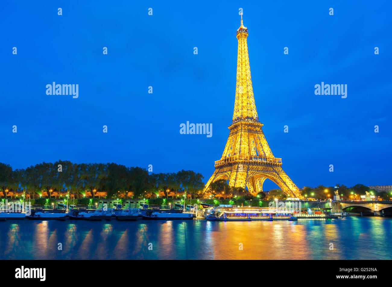 Schöne Aussicht auf beleuchteten Eiffelturm in der Abenddämmerung, Paris, Frankreich Stockbild
