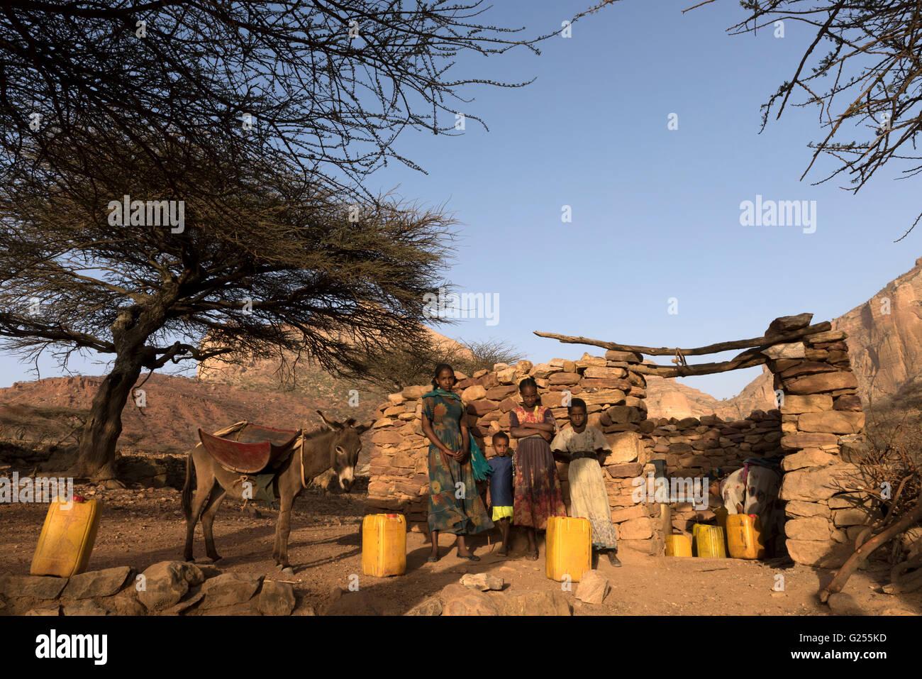 Gastfamilie sammeln Wasser in gut Geraltä, Äthiopien Stockbild