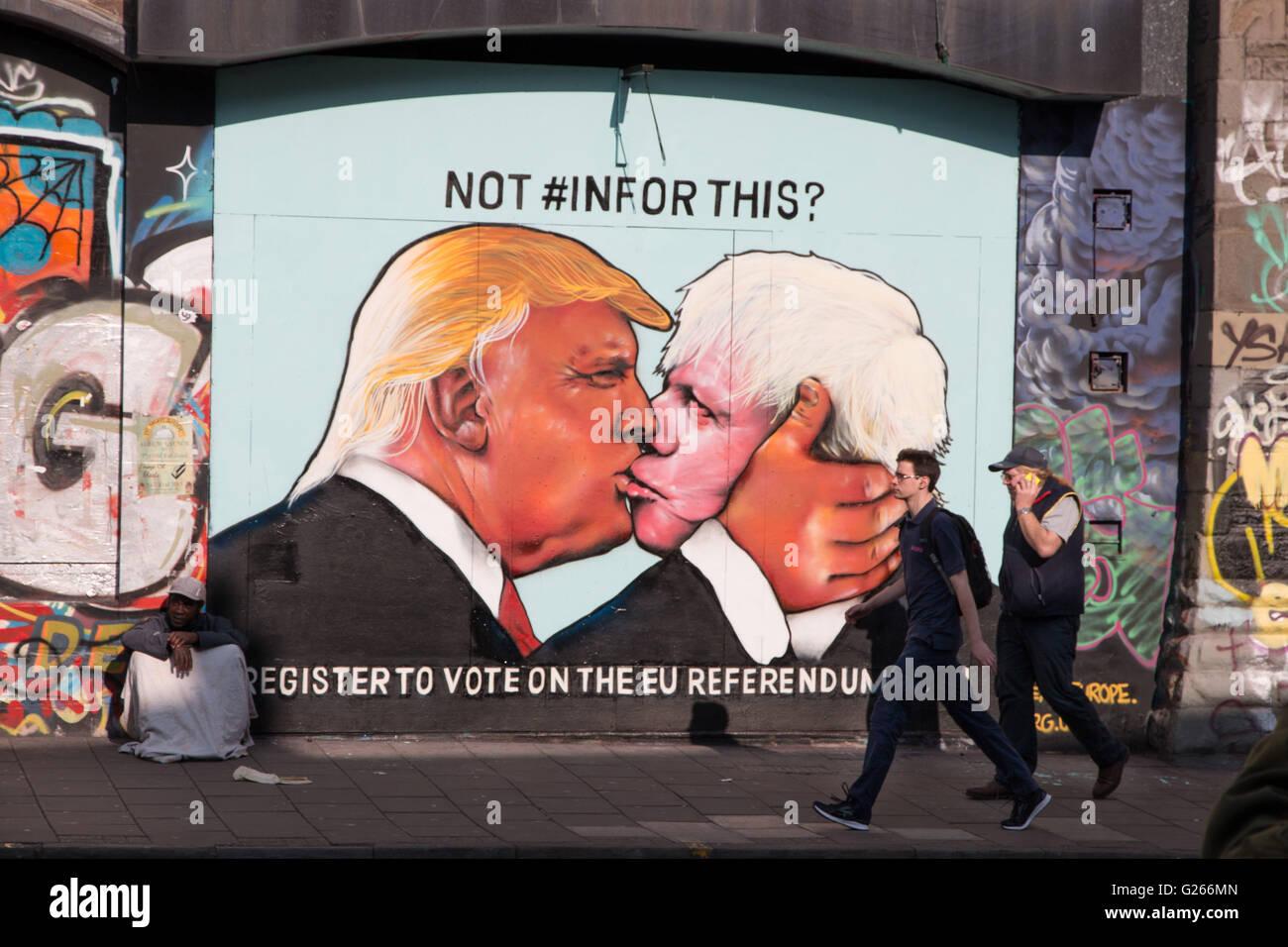 Satirisch Straßenkunst zeigt Donald Trump küssen Boris Johnson, um Menschen in 2016 EU-Referendum abstimmen zu fördern. Stockfoto