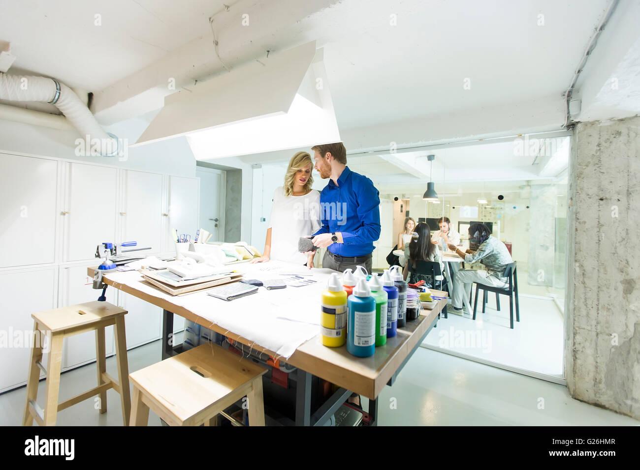 Geschäftsleute, die gemeinsam im modernen Büro Stockbild