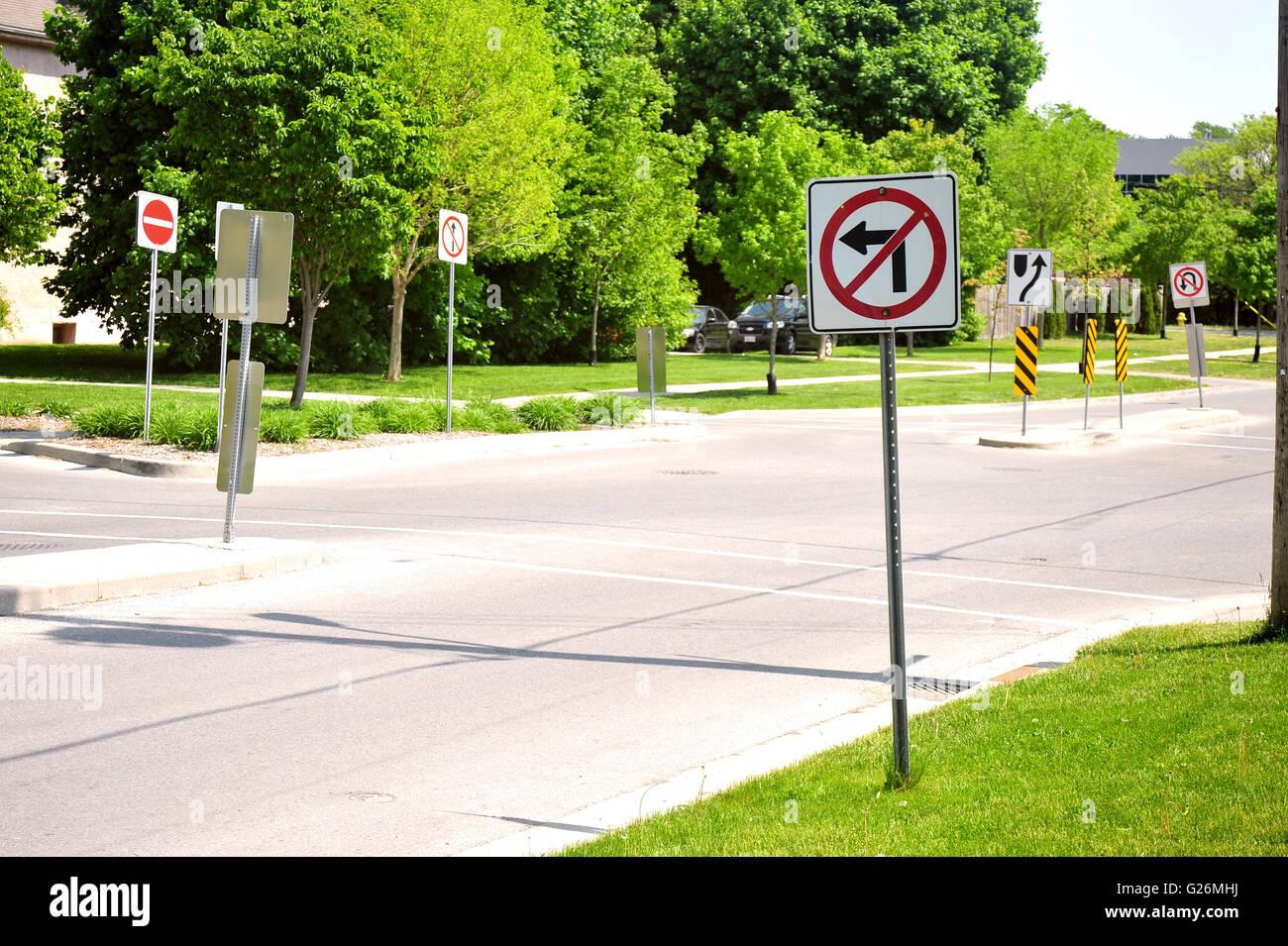 Es gibt viele Verkehrsschilder auf einer ruhigen Kreuzung in London, Ontario in Kanada. Stockbild