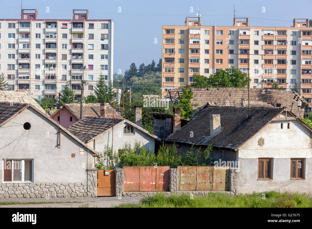 Ursprünglich ländliche Häuser und sozialistischen Aufbaus im Hintergrund, Filakovo, Tschechische Stockbild