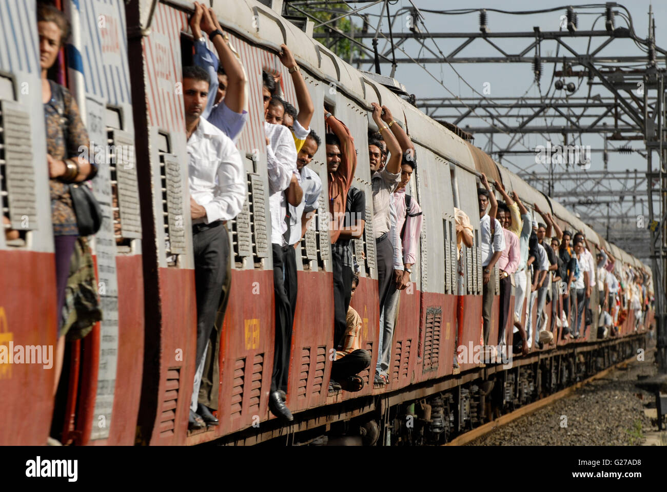 Indien Mumbai Bombay, Fußgänger überqueren einer geschlossenen Bahn Barriere der Stadt Zug der Linie Stockbild