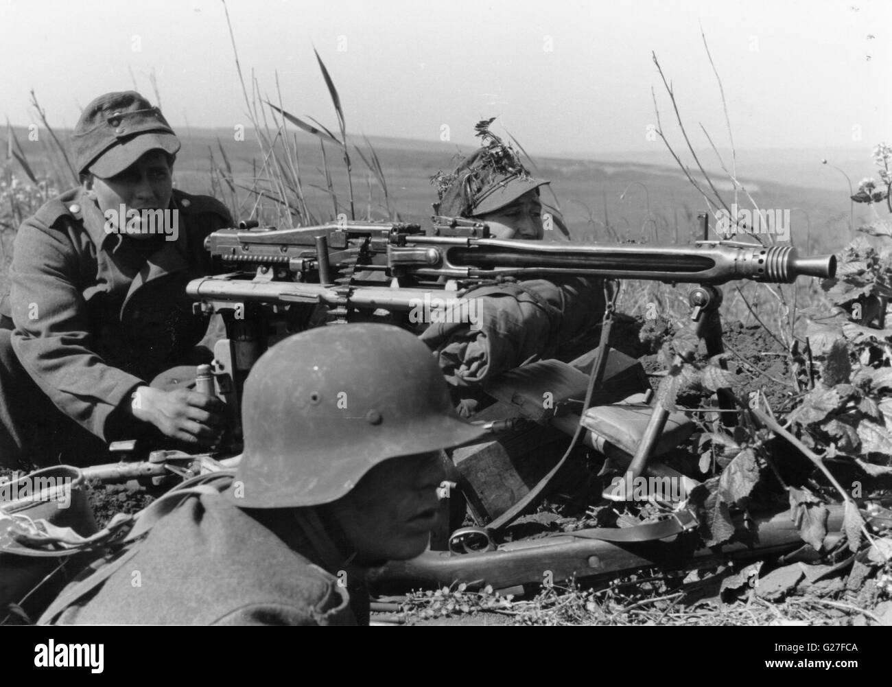deutsche soldaten mit mg42 maschine gewehr an der ostfront 1944 stockfoto bild 104657290 alamy. Black Bedroom Furniture Sets. Home Design Ideas
