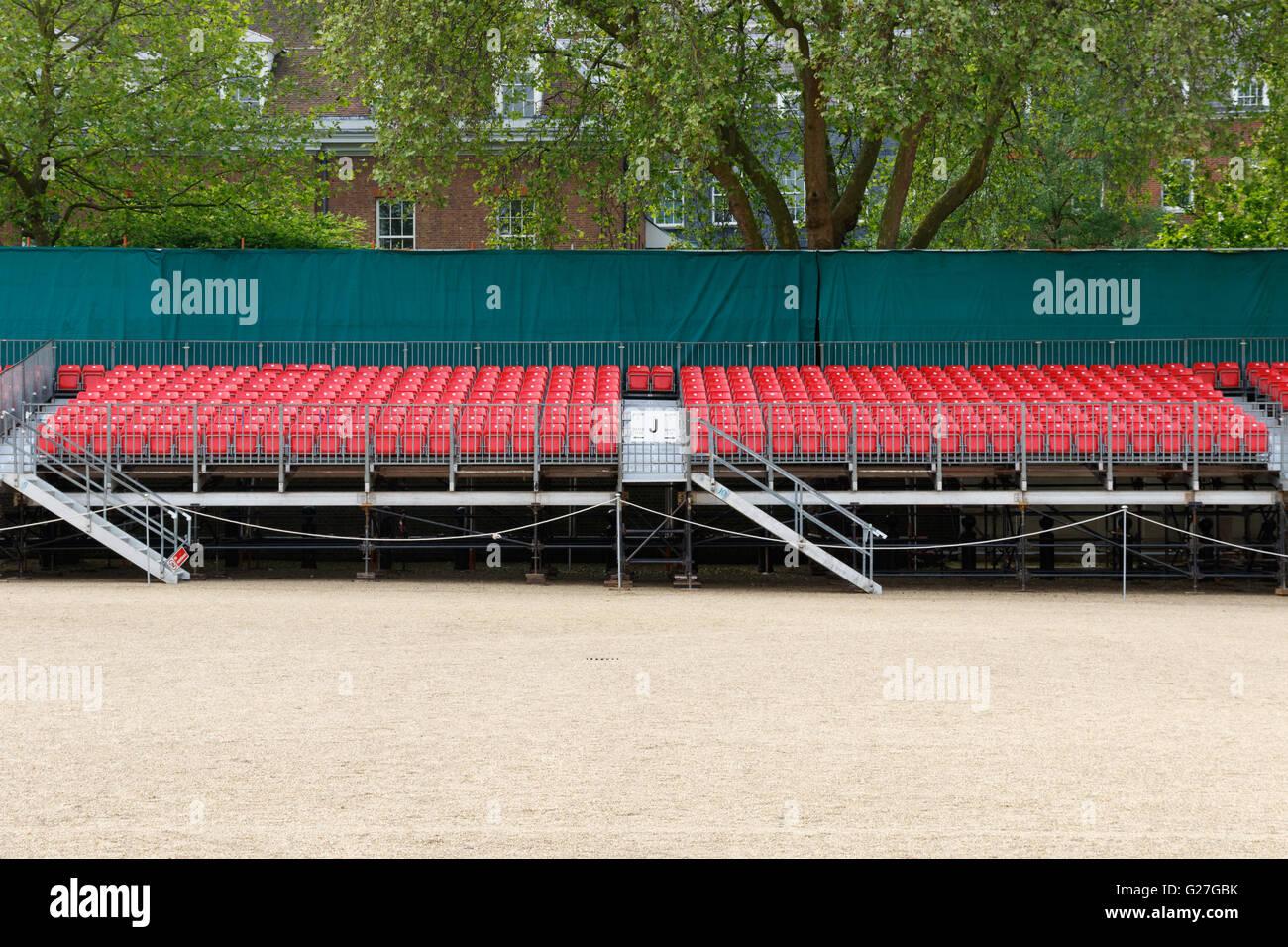 Temporäre geharkt rote Zuschauer Sitzplätze für ein outdoor-event Stockbild