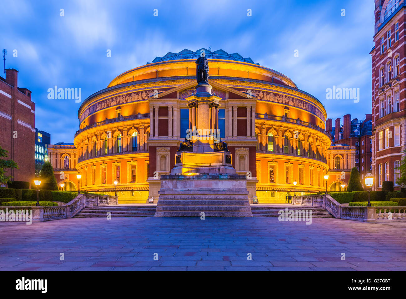 Beleuchtete Royal Albert Hall, London, England, UK in der Nacht Stockbild