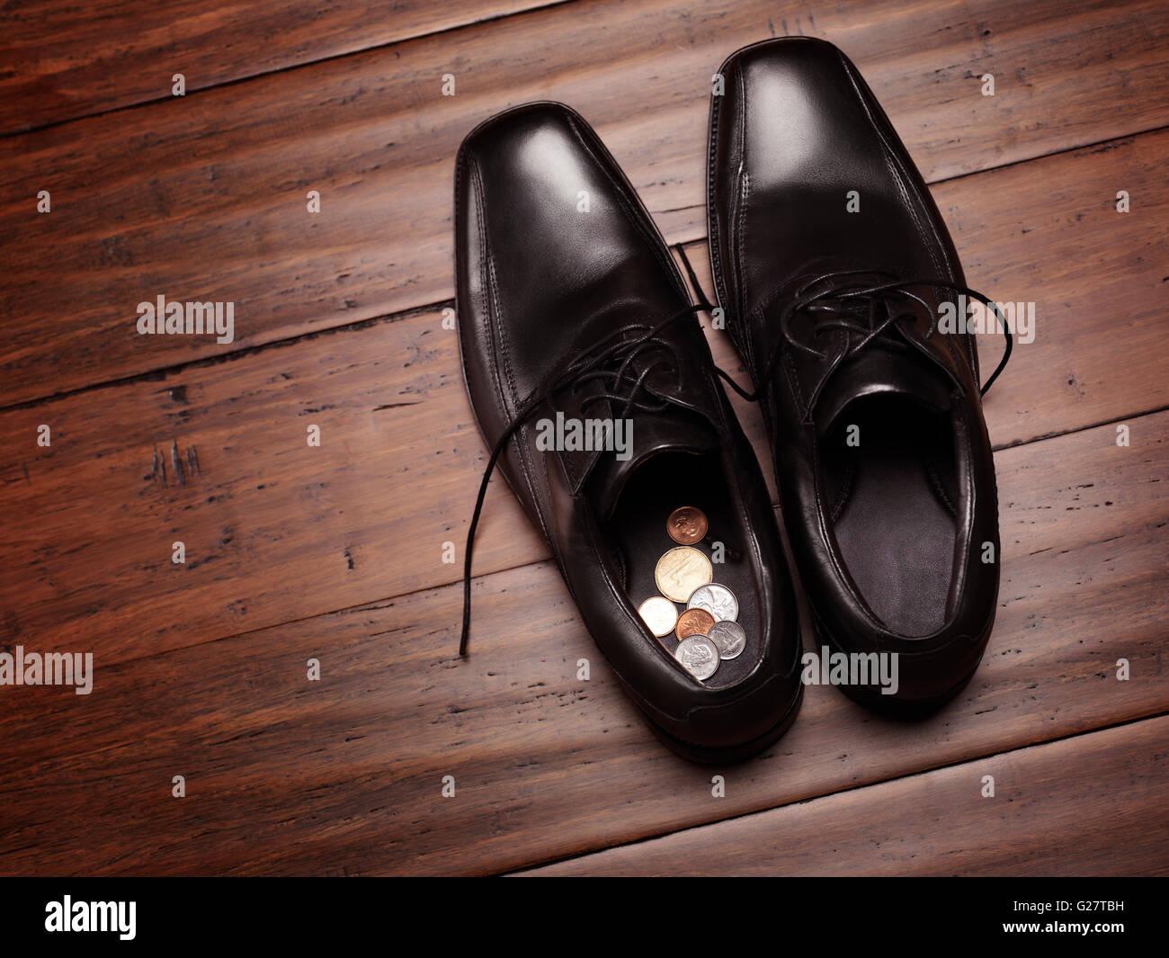 Fußboden Mit Münzen ~ Herrenschuhe auf dem boden mit münzen in ihnen stockfoto bild