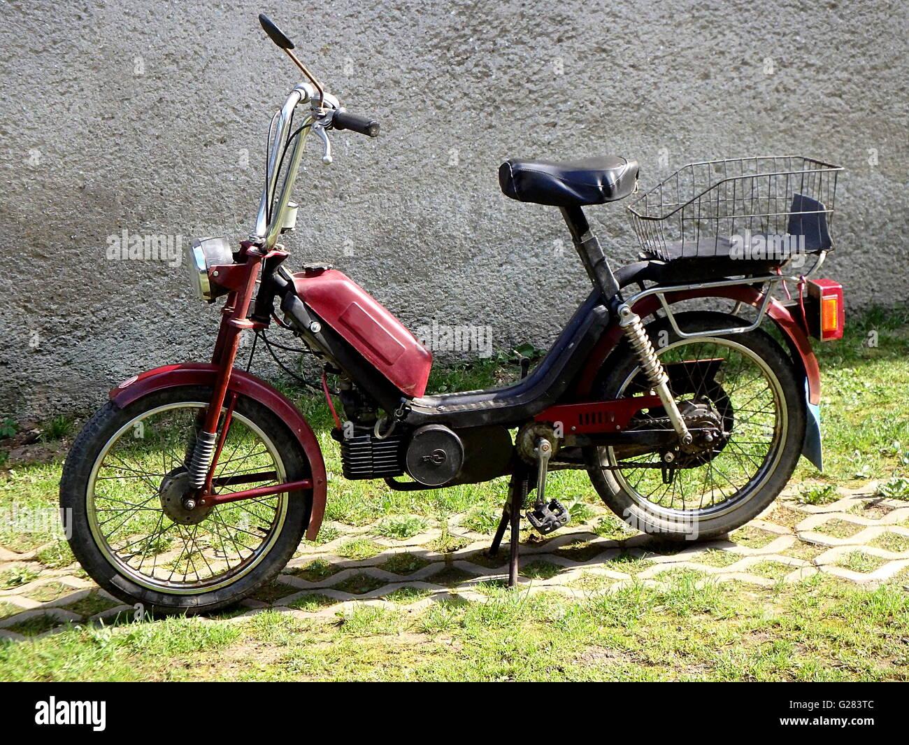 Alte Rote Moped Alte Schöne Rote Moped Stockfoto Bild 104670172