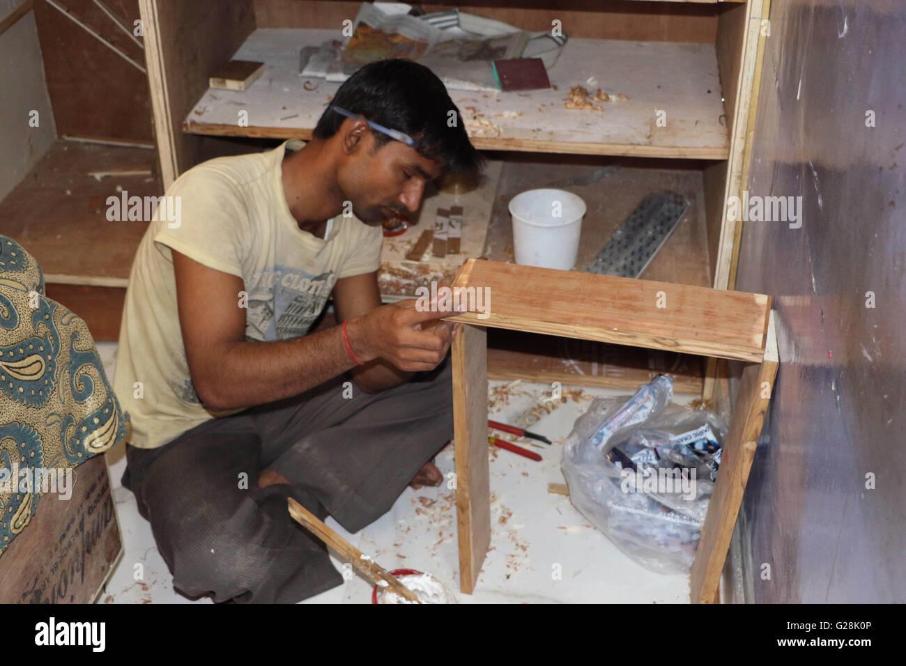 Schreiner macht Möbel Stockfoto, Bild: 104682054 - Alamy