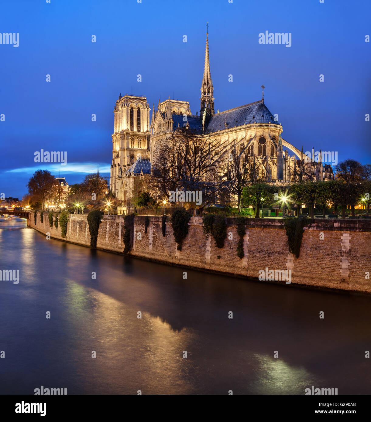 Paris, Frankreich: Kathedrale Notre-Dame in der Abenddämmerung mit Seineufer im Vordergrund Stockbild