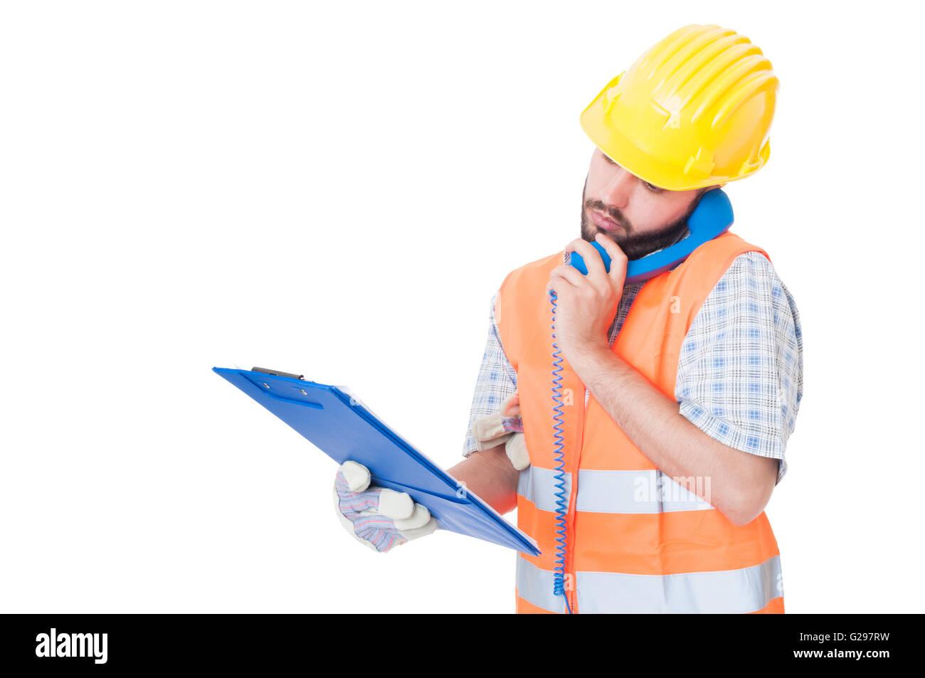 Beschäftigt Auftragnehmer über Telefon halten Sie Zwischenablage. Unterstützung oder Hilfe für Stockbild