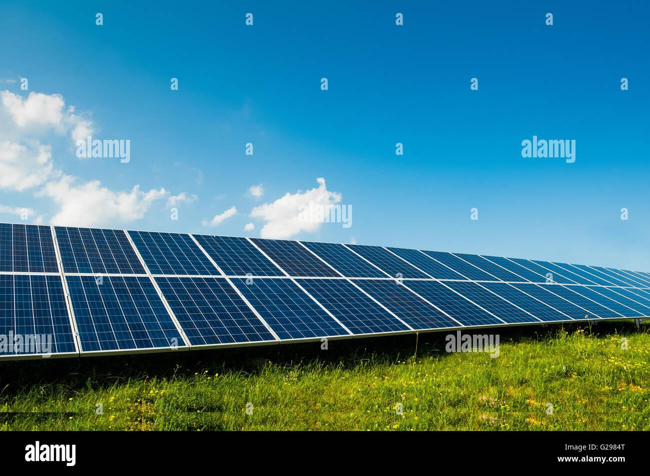 Grüne Energie mit Solarzellen im Freien als alternative Energie in erneuerbare Ressource Stockbild