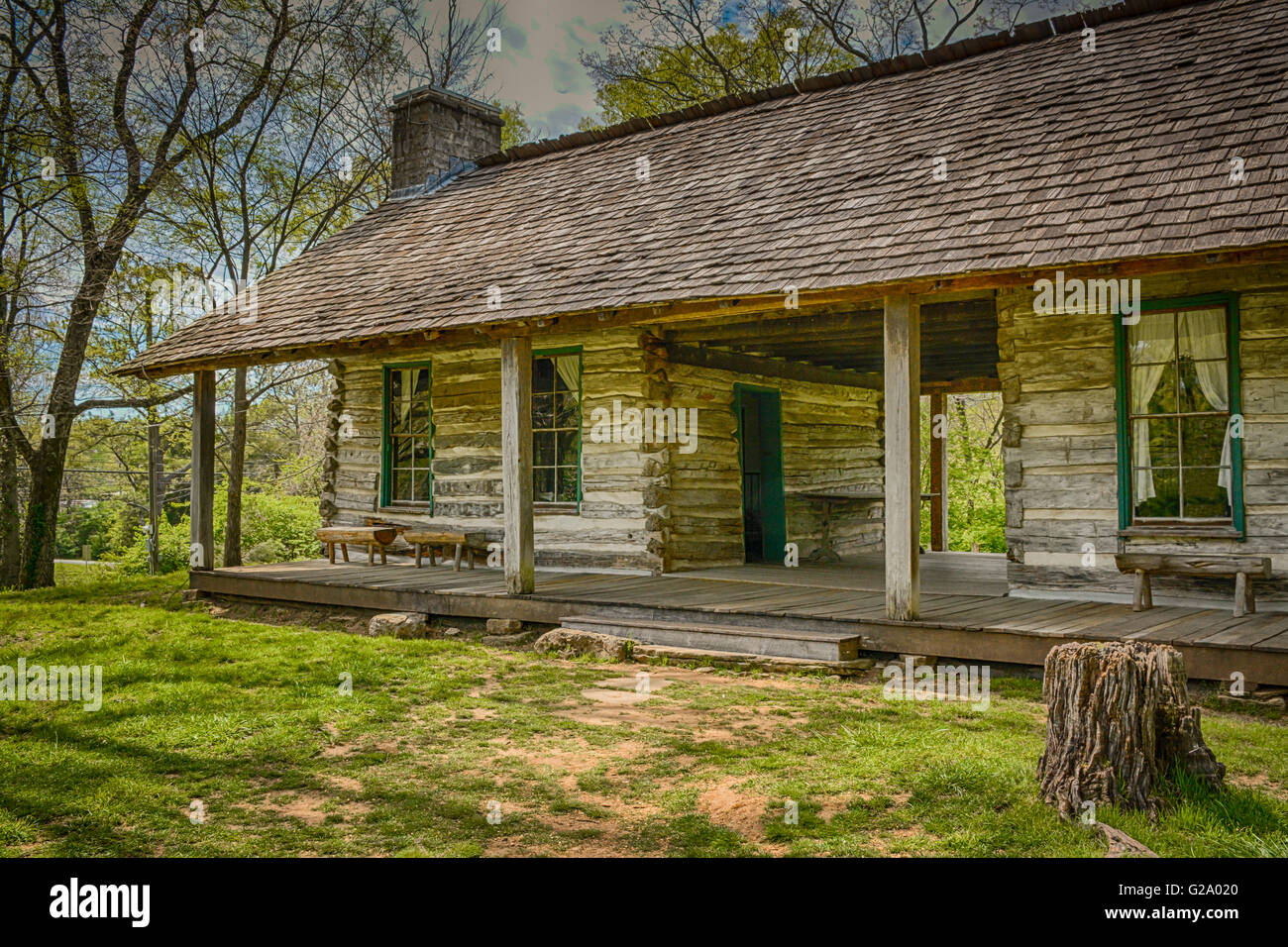 Eine charmante rustikale Blockhaus mit Veranda und sitzen in einem ...
