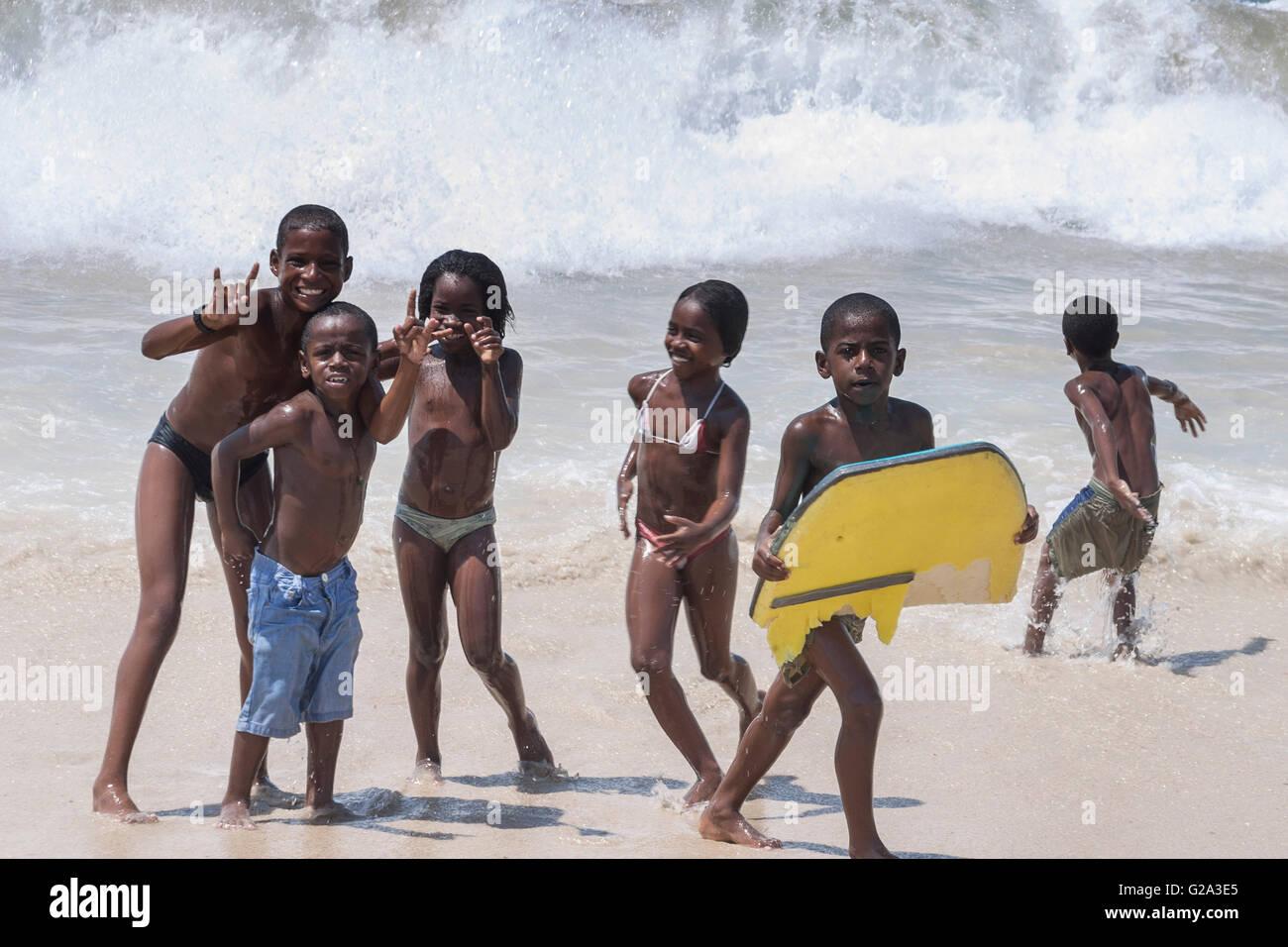 Rio De Janeiro Copacabana Strand Kinder mit Surfbrett Stockbild