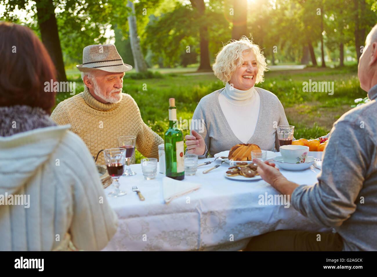 Glückliche Familie mit Senioren feiert Geburtstag in einem Garten im Sommer Stockbild