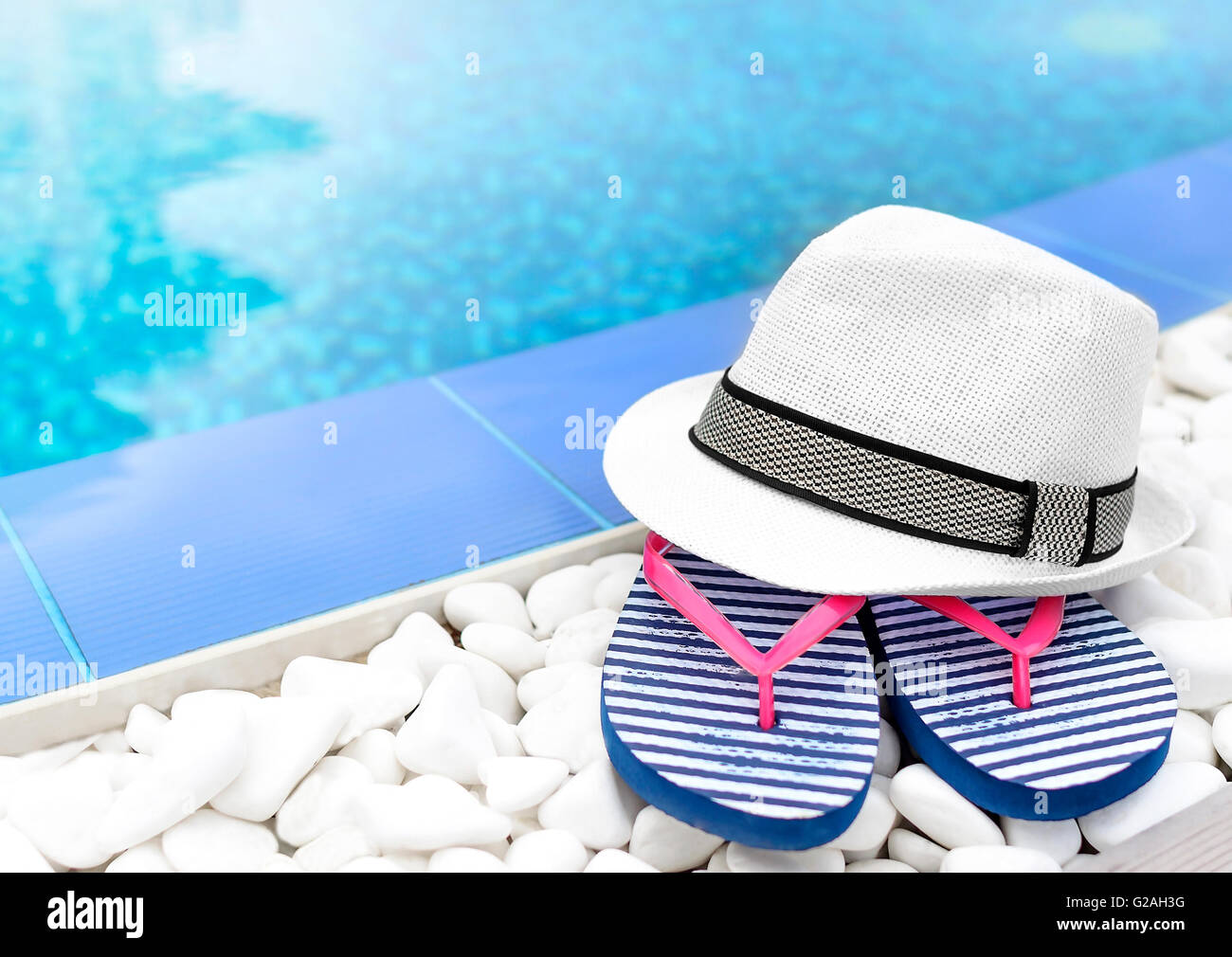 Flip Flops Und Hut Am Pool Auf Den Weißen Kies. Stockbild