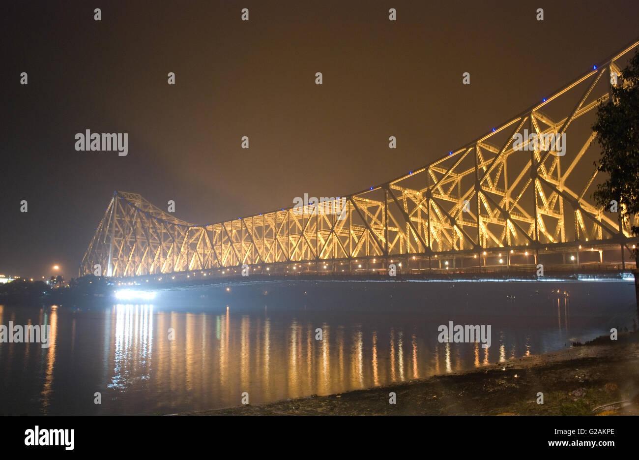 Howrah Brücke mit nächtlicher Beleuchtung, Kolkata, Westbengalen, Indien Stockbild