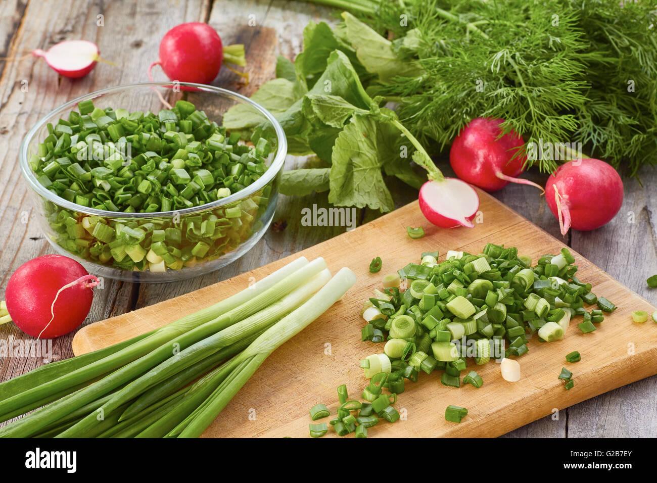 Frische Frühlingsluft Salatzutaten auf Holztisch Stockbild