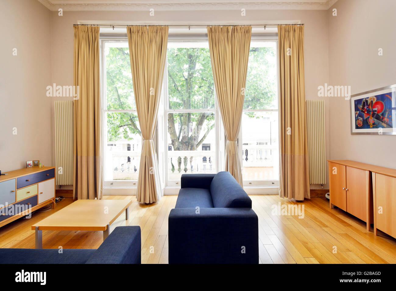 Inverness Terrace Modernes Wohnzimmer Mit Modernen Mobeln Decke