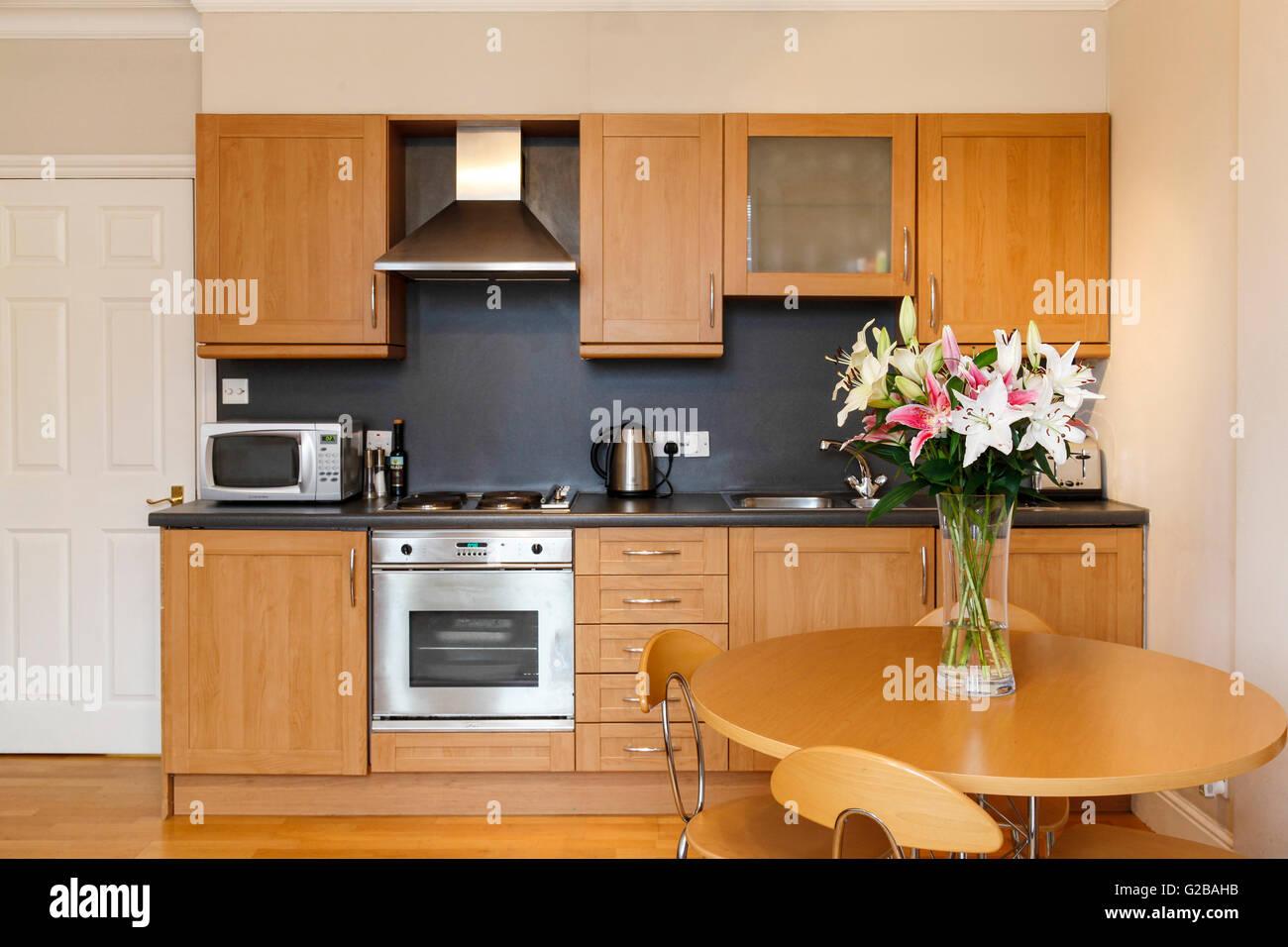 Molyneux House, Marble Arch moderne kleine Küche Layout mit Esstisch ...