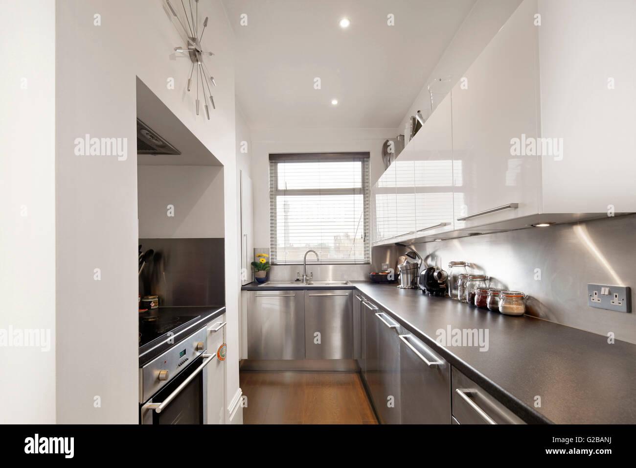 Haus Walden, Marylebone High Street. Moderne Küche Mit Edelstahl Arbeitsplatten  Und Geräten Und Weißen Schränke.