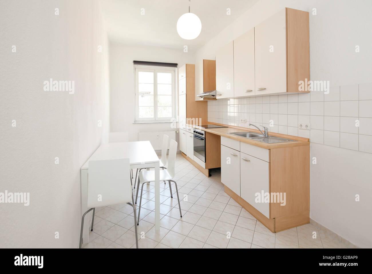 Wisbyer Straße 59. Moderne, minimal Küche mit weißen Fliesen. Tisch ...