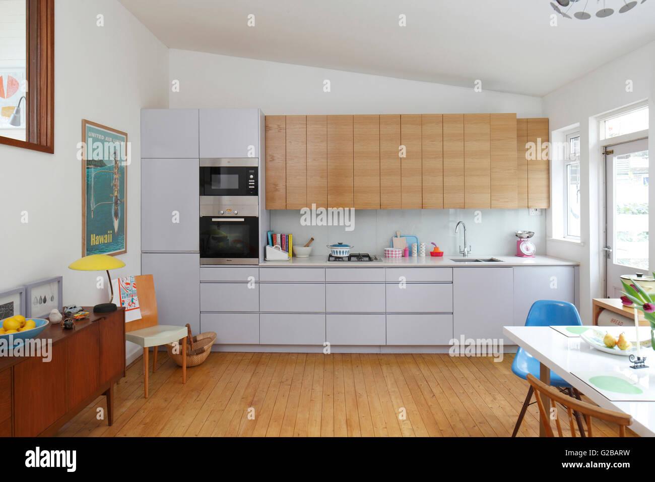 Küche mit schrägen Decke. Weiß und Holz Küchenschränke. Stockbild