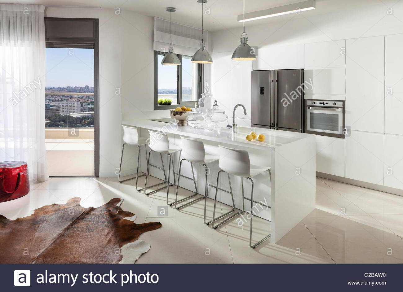 Wohnung Für Reuveni Home Styling U0026 Design. Blick Auf Eine Moderne Weiße  Küche Mit Geräten Aus Rostfreiem Stahl. Kücheninsel Mit Hockern.