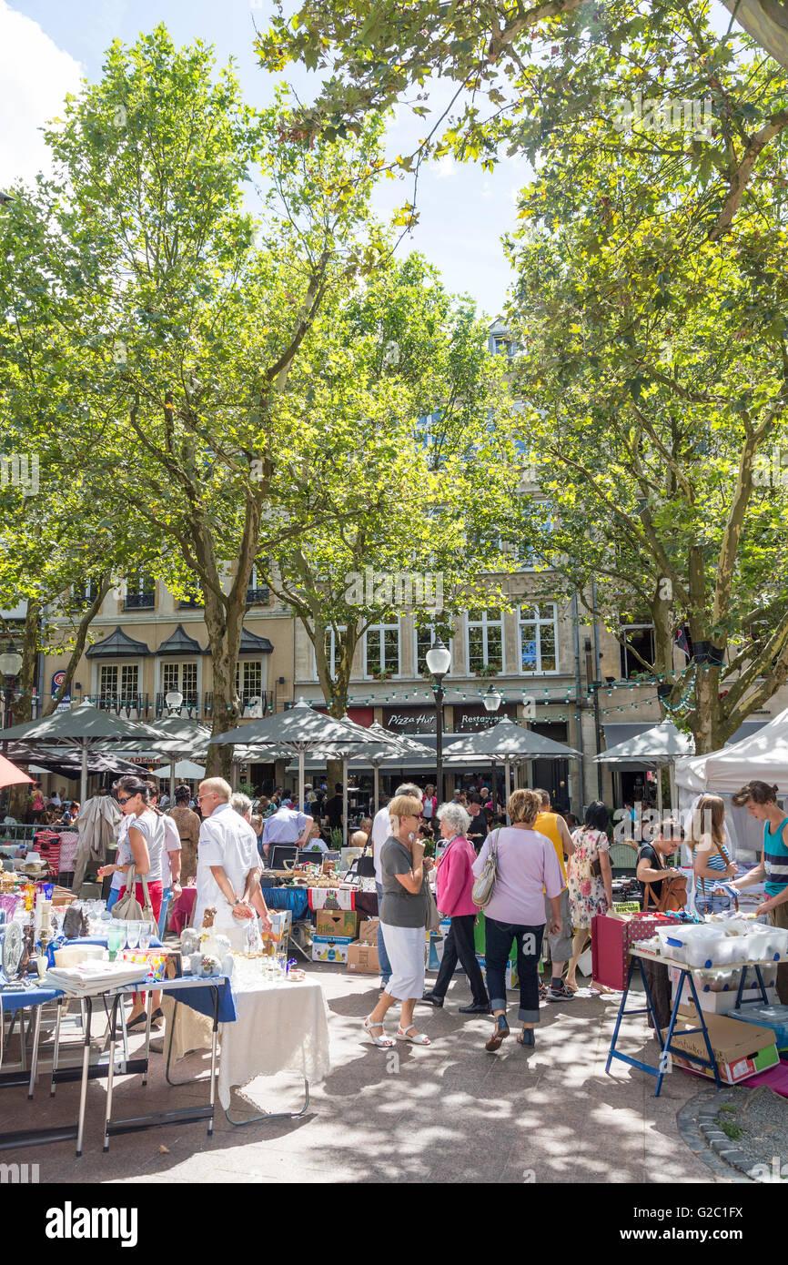 Antiquitätenmarkt in der Straße, Luxemburg Stockbild