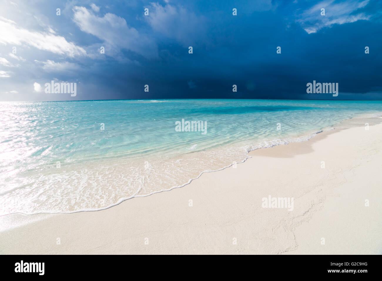 Weiße tropischen Strand auf den Malediven mit blauen Lagune und ein tropischer Sturm Stockbild