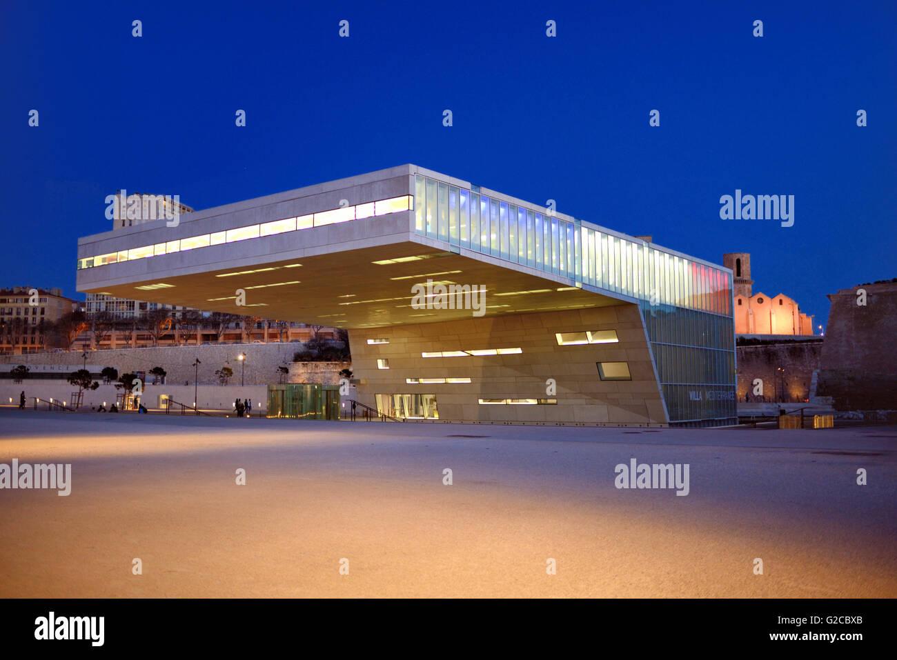 Moderne Architektur der Villa Mediterranée Konferenzzentrum Designed by Stefano Boeri (2013) bei Dämmerung Stockbild