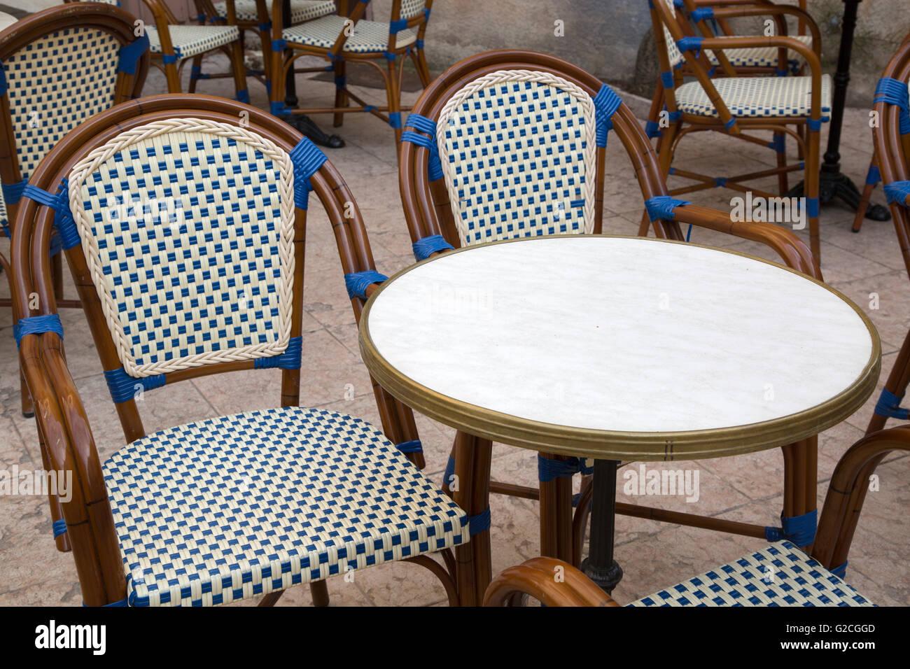 Traditionellen Cafe Tisch und Stühlen, Frankreich Stockfoto, Bild ...