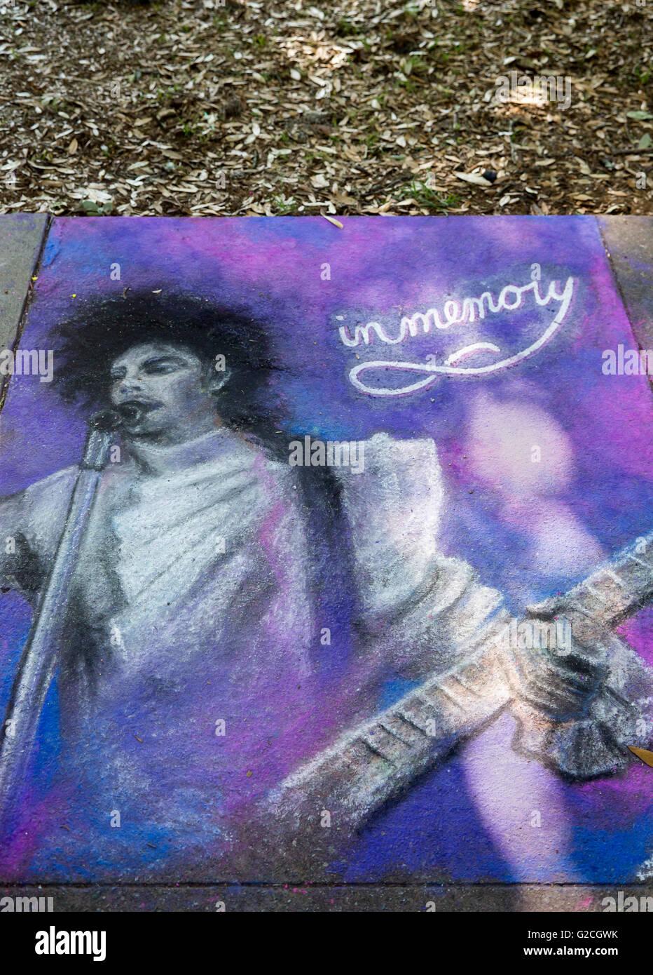 Savannah, Georgia - eine Hommage an Prince am Savannah College of Art und Gestaltung des jährlichen Bürgersteig Stockbild