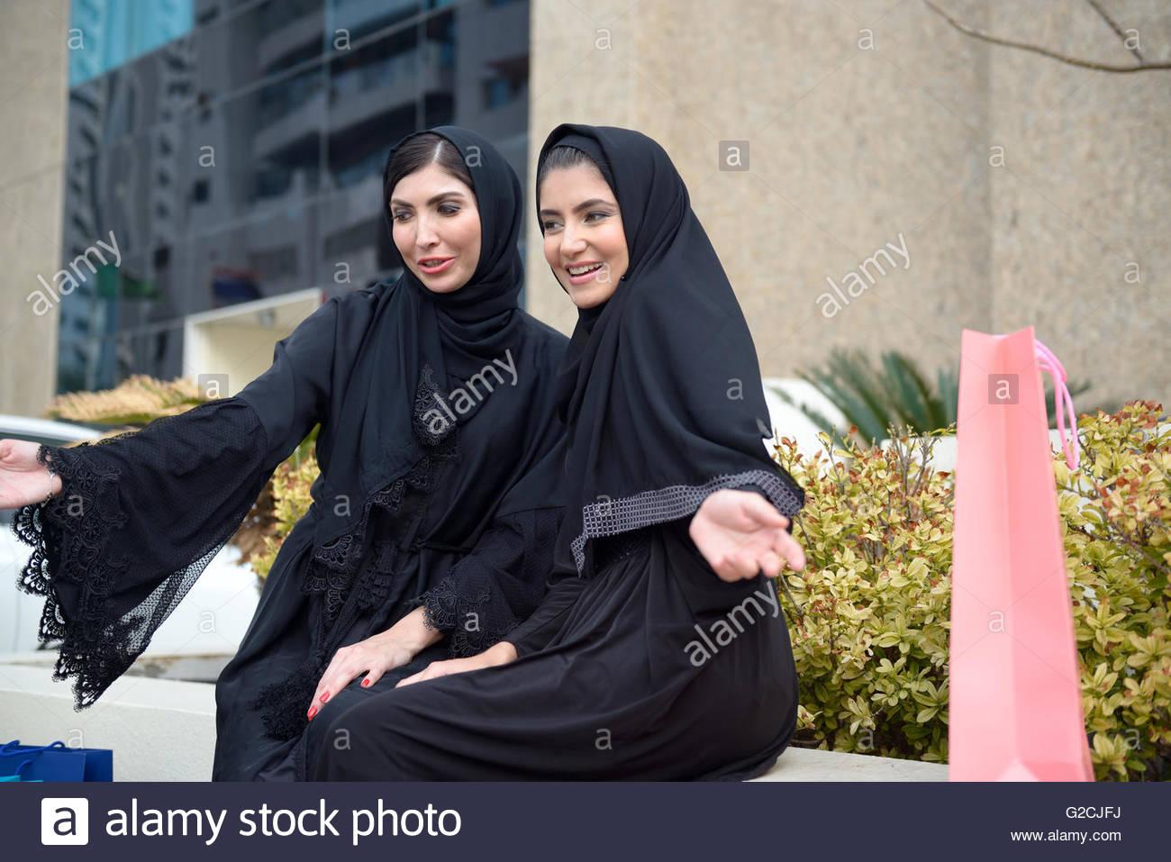 emirati arabische frauen aus einkaufen in dubai vereinigte arabische emirate stockfoto bild. Black Bedroom Furniture Sets. Home Design Ideas