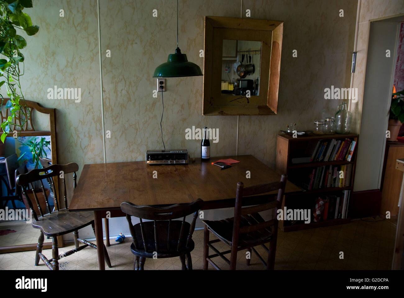 Old Fashioned Küche mit Tisch und Stühlen Laminat Wand ...