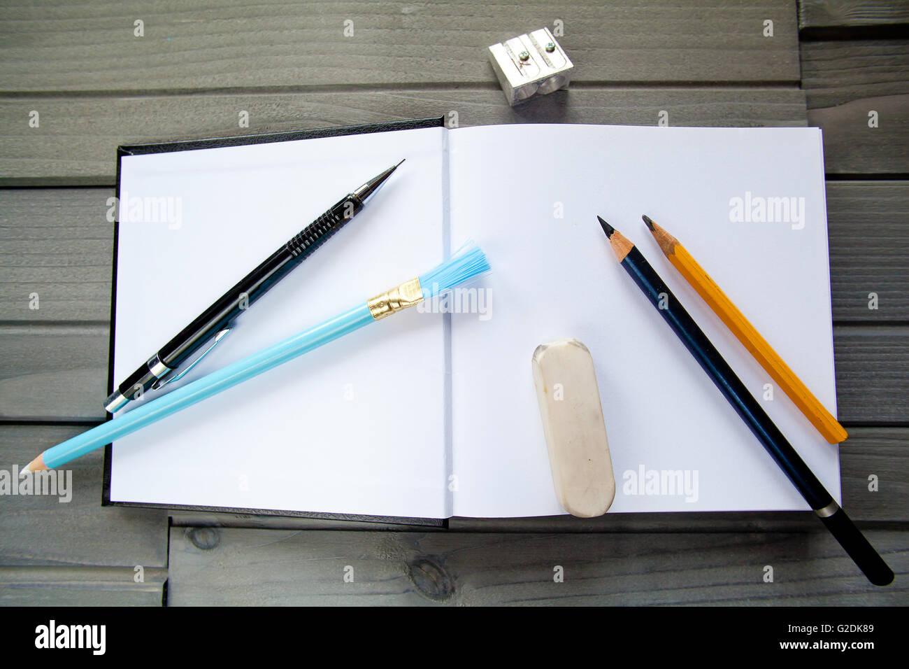 Leere moderne Buch Vorlage mit Bleistift und Werkzeuge auf Holz ...