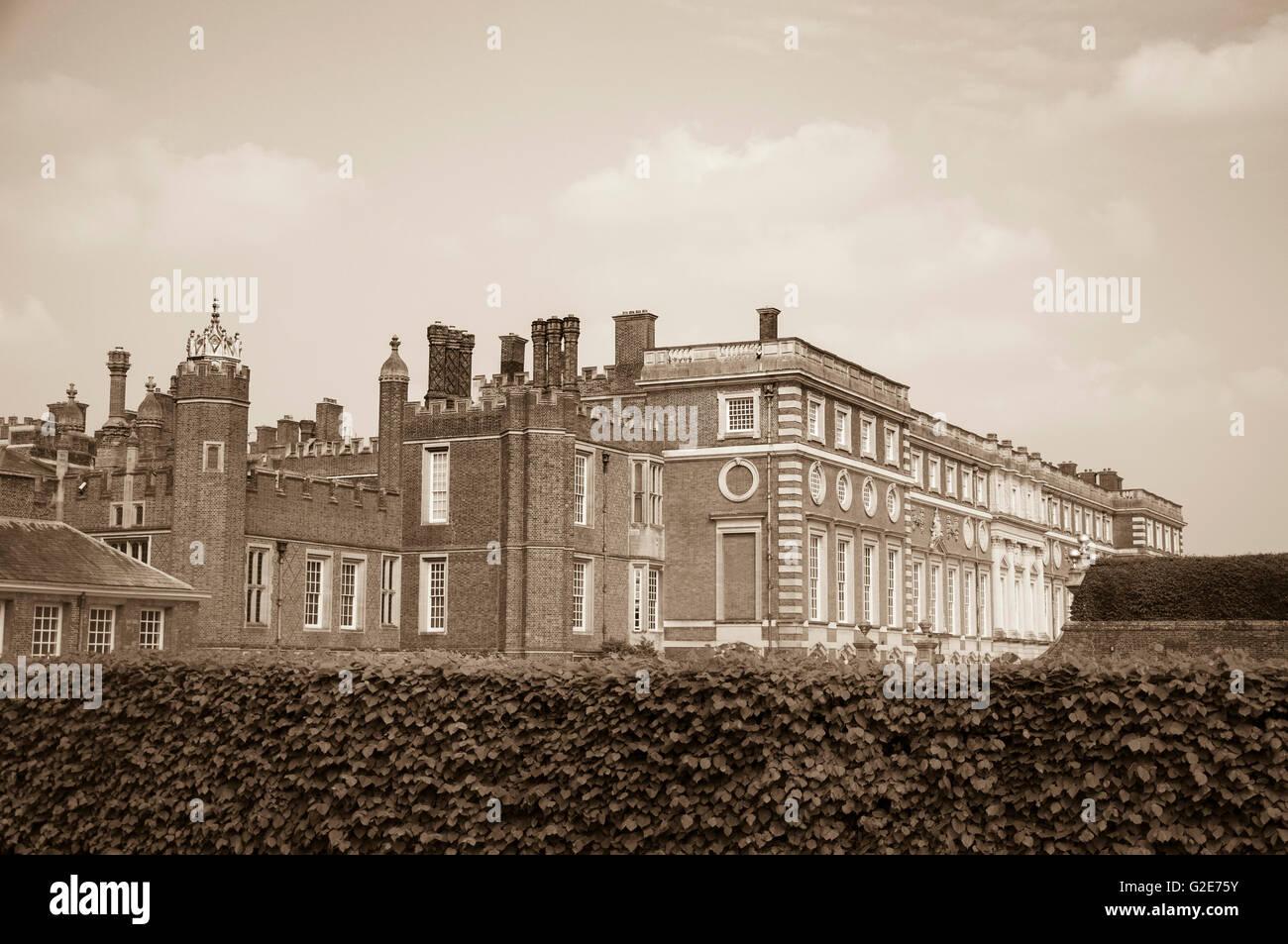 Hampton Court Palace in Sepia-Tönen Stockfoto