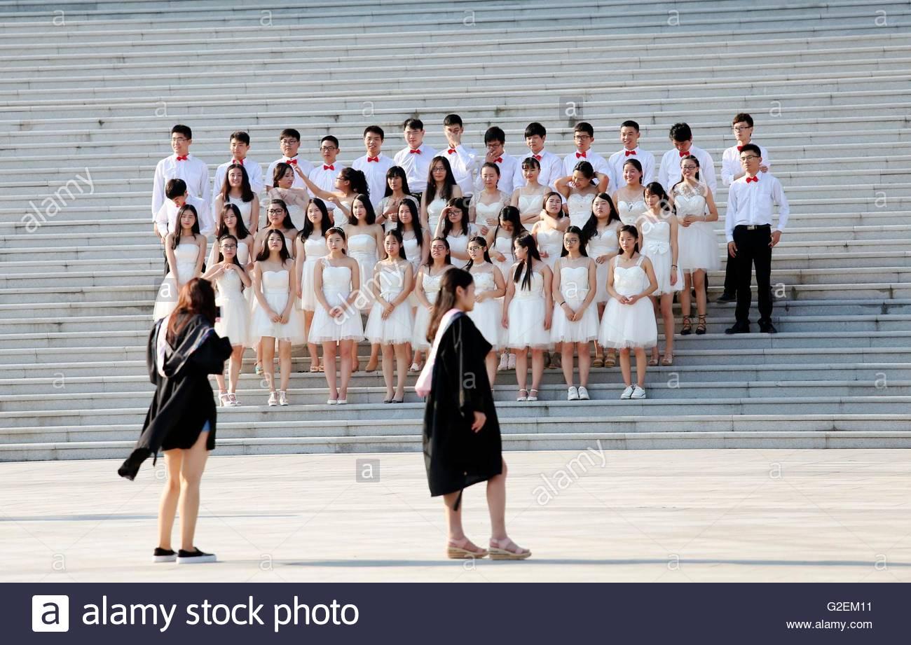 Die Absolventen der Henan Universität für Wirtschaft und Recht im ...