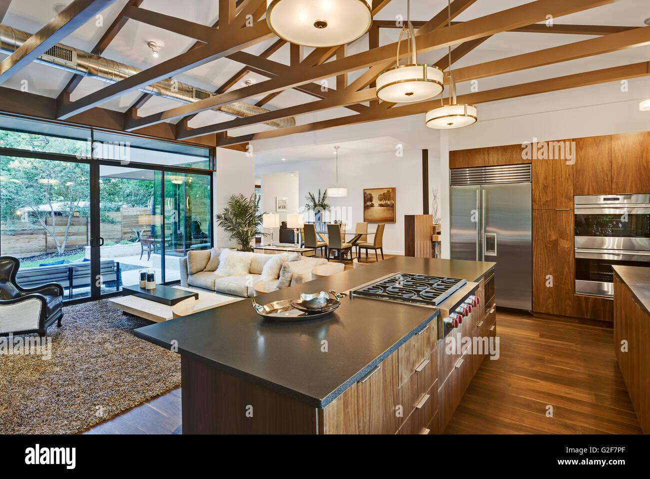 Offener Grundriss Des Hauses Mit Küche, Wohnzimmer Und Esszimmer Mit Blick  Auf Hinterhof