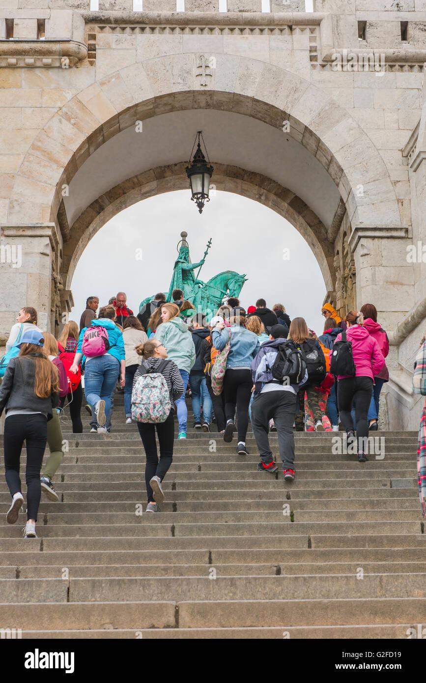 Eine Gruppe von Studenten kommen an die Fishermens Bastion auf dem Var-Hügel, auf der Budaseite der Stadt Budapest, Stockbild
