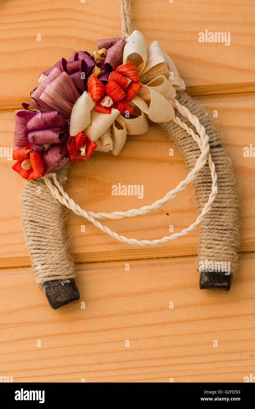 Glücklichen Hufeisen auf hölzernen Hintergrund. Symbol für Glück Hufeisen als Glücksbringer. Stockbild