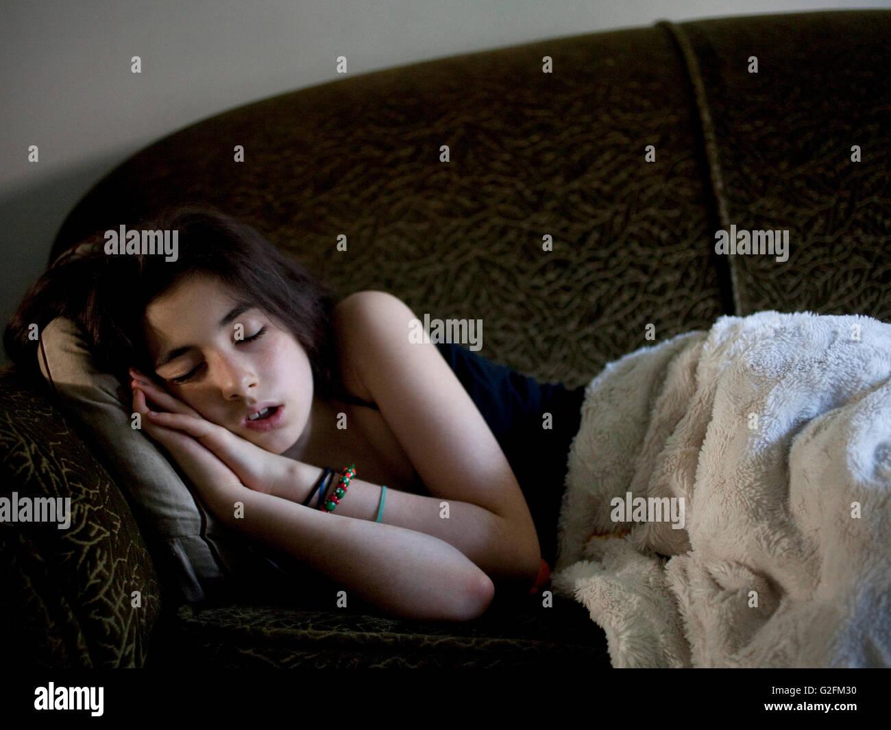 Mädchen auf Schlafcouch Stockbild