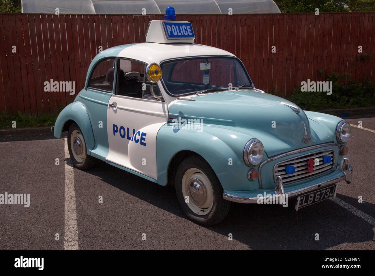 Vintage 1969 60s blau & weiß British Leyland Morris Minor 1000 Police Traffic ZCar Typ. Die 60er Z-Cars oder Z Cars waren eine britische Fernsehdrama-Serie, die sich auf die Arbeit der mobilen uniformierten Polizei in einer fiktiven Stadt konzentrierte. Polizei Panda Car beim Pendle Power Fest, einer klassischen, Veteranen- und Traditionsmesse in Barrowford, Lancashire, Großbritannien Stockfoto