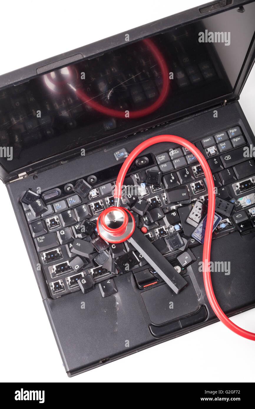 Kaputte schwarzer Laptop mit zerstörten Tastatur und zertrümmerte ...
