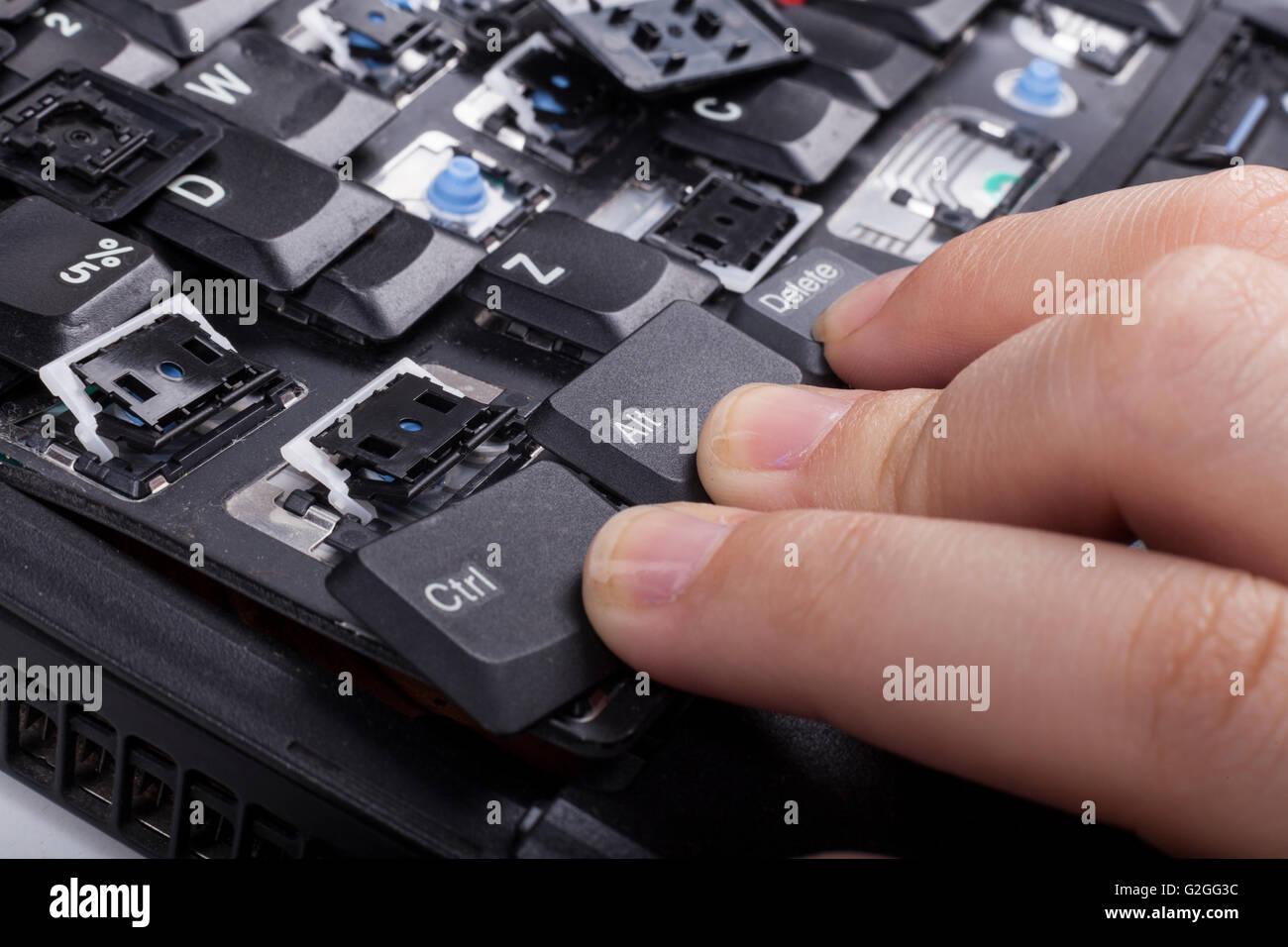 Finger auf Alt Strg löschen Tasten gebrochen Laptoptastatur Stockbild