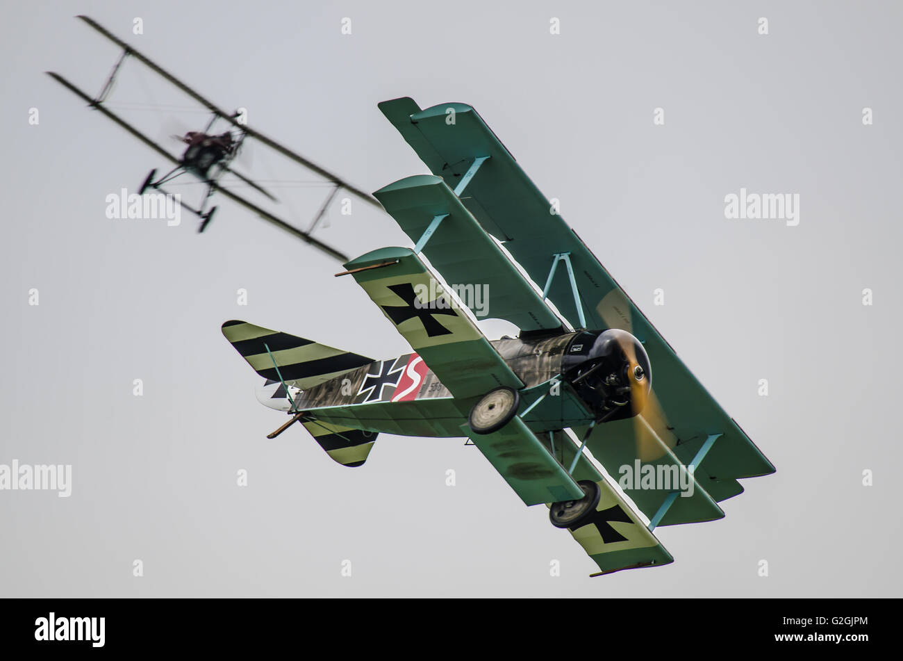 Eine alliierte S.E.5 erhält an den Schwanz eines Fokker Dr. 1 während einer Ersten Weltkrieg dogfight Re-enactment Stockfoto