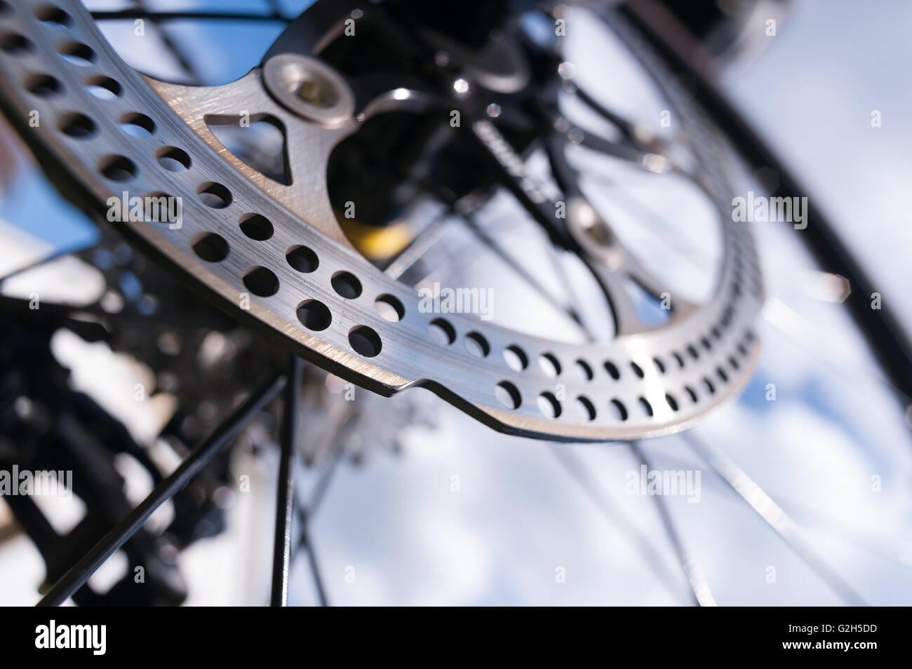 Stahl Metall Scheibenbremse am Rennrad mit großen scharfen Bruch stoppen Fähigkeit aber Messer scharfe Stockbild