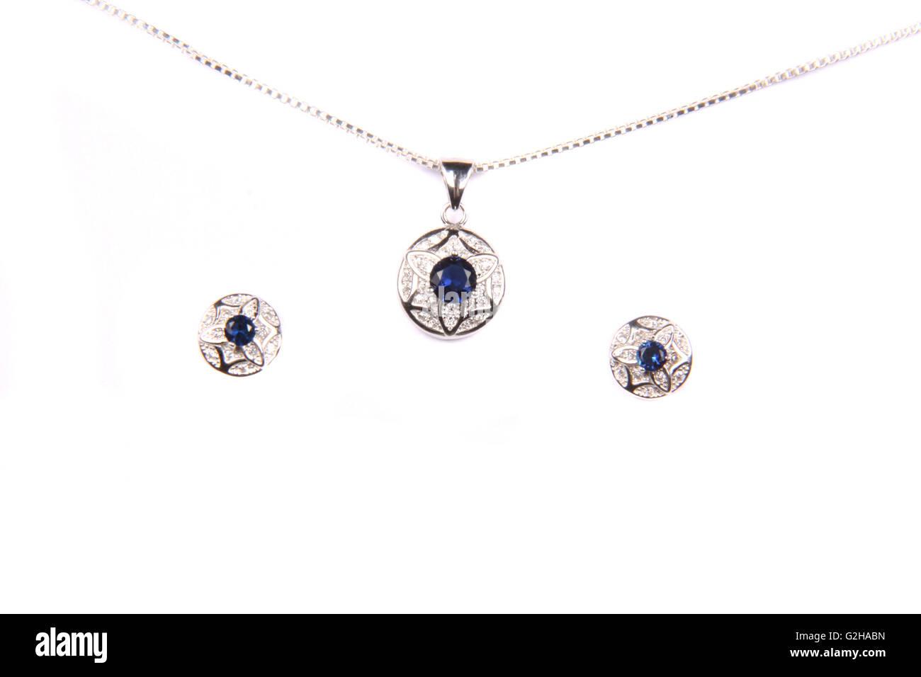 f630d082a09f Ein schönes Schmuck-Set silberne und blaue Edelsteine, bestehend aus einer  Kette, Anhänger und Ohrringe gemacht.
