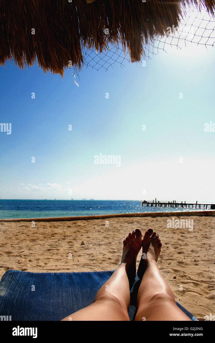frau die beine und f e auf liegestuhl am strand mexiko stockfoto bild 104889612 alamy. Black Bedroom Furniture Sets. Home Design Ideas