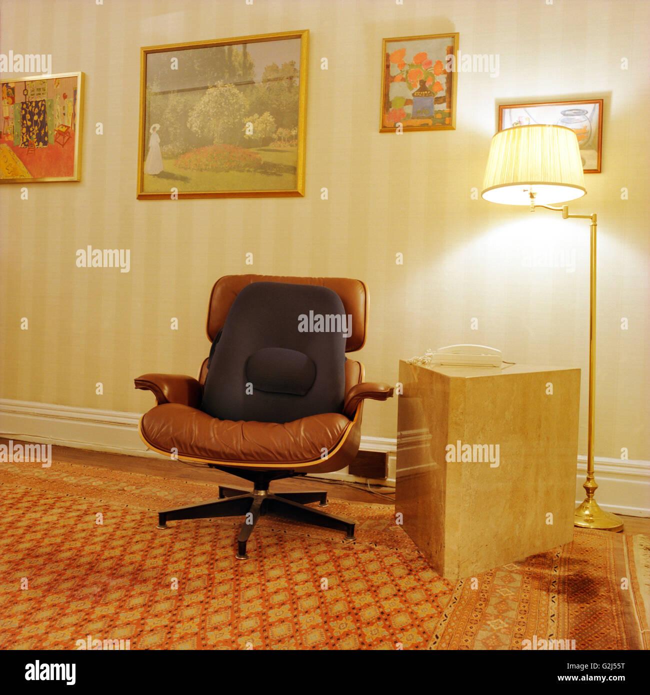Hervorragend Lounge Chair Von Lampe Im Zimmer Stockbild